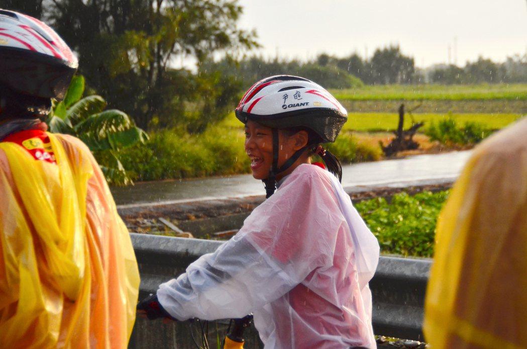 橫越濁水溪前,雖有雨勢,短暫露臉的陽光讓孩子展露笑顏。記者彭琬芸/攝