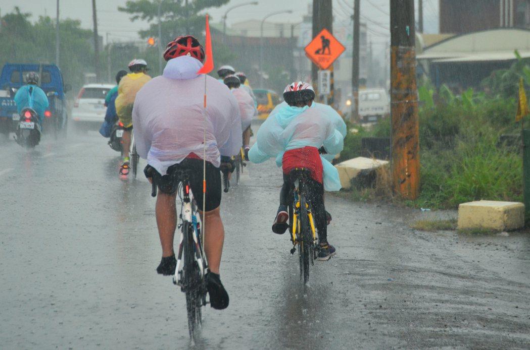 祈島計畫環島活動來到第二天,原本的烈陽在中午過後轉變成暴雨,單車前進時揚起水花,...