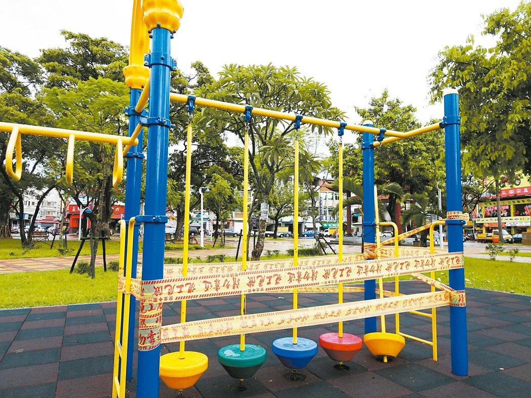屏東市區公園內的兒童遊樂設施常因使用者操作不當毀損,讓市公所最傷腦筋。 記者翁禎...