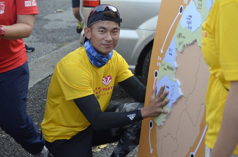 亮哲擔任「2016祈島計畫」一日愛心騎士,將用單車陪小朋友完成嘉南平原的拼圖。攝...