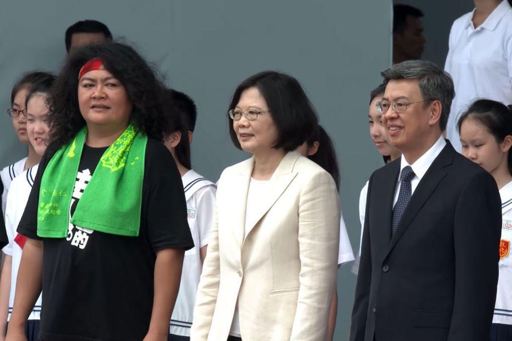歌手巴奈(左一)於520總統就職典禮當天站在蔡英文身邊,顯現她對蔡英文政府的期待。 圖/擷取自總統就職典視頻