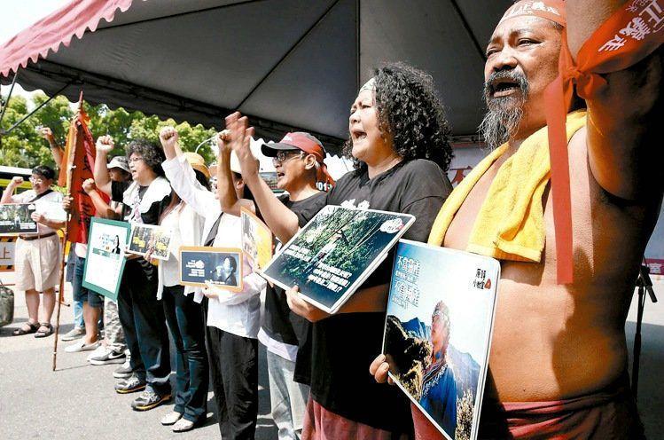巴奈(右二)等原住民代表在蔡英文總統道歉演講後,聚集於凱道表達對演講的不滿,表達原住民不要「假的」轉型正義。  攝影/記者林俊良