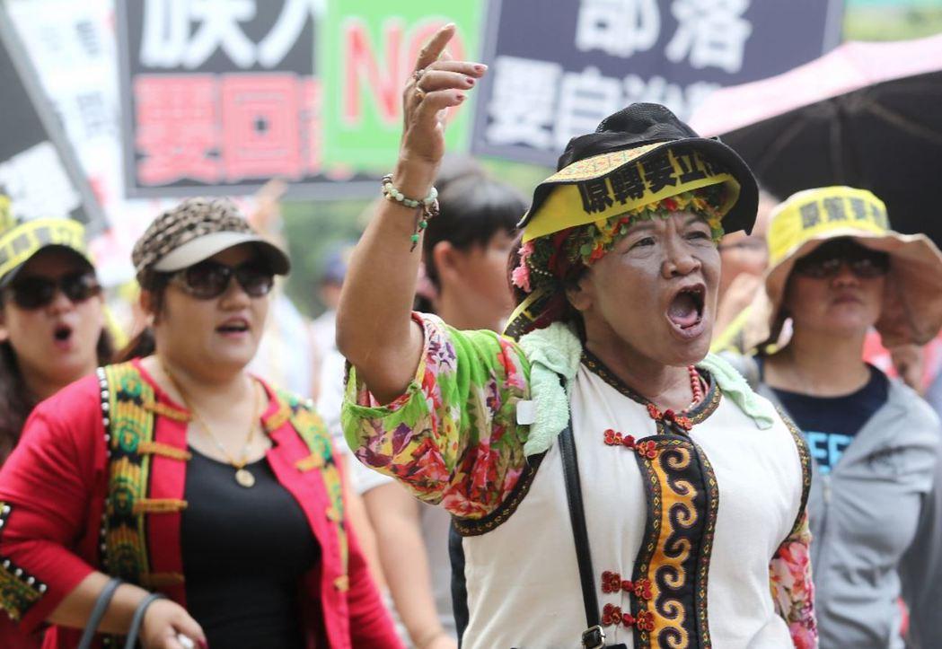 原住民轉型正義同盟在8月1日蔡英文總統道歉演講前發起遊行,訴求政府應以行動落實正義,而不只是形式上的道歉。 攝影/記者王騰毅