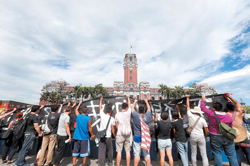 原住民轉型正義同盟在道歉演講當天聚集於總統府前廣場,高舉標語「正視歷史、還我正義」黑布條要求實質正義。 攝影/記者侯永全