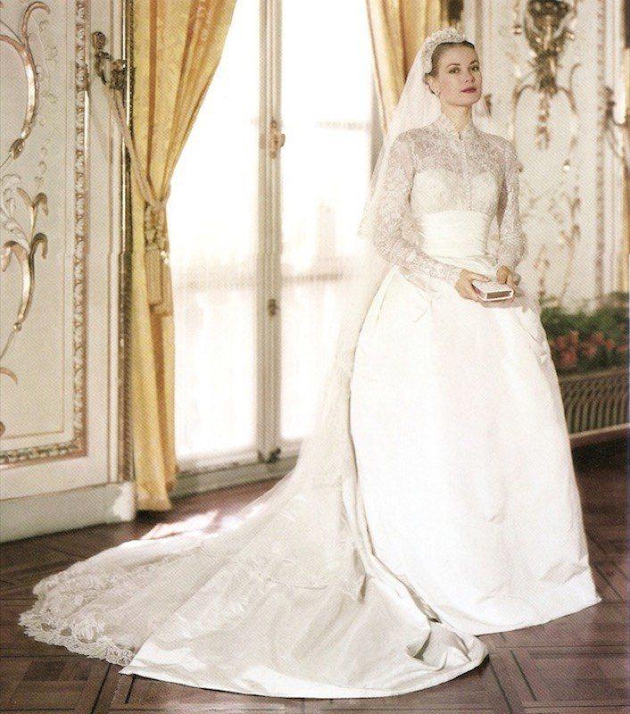 1956年,葛麗絲凱莉嫁給摩納哥王子雷尼爾時穿著長袖蕾絲高領婚紗。圖/摘自blo...