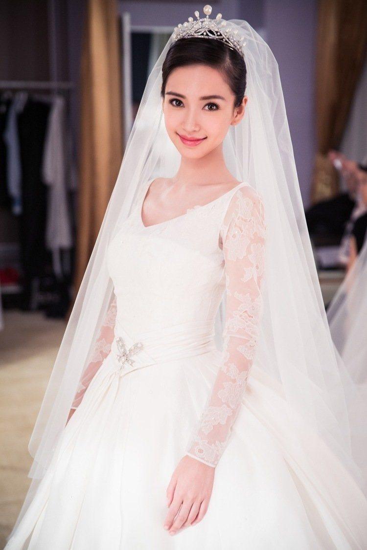 Angelababy穿Dior訂製長袖婚紗、配戴Chaumet鑽石皇冠。圖/Ch...