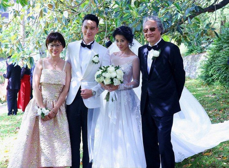蔡詩芸穿她自己與台灣設計師Daniel Wang合力設計的長袖婚紗。圖/Erme...