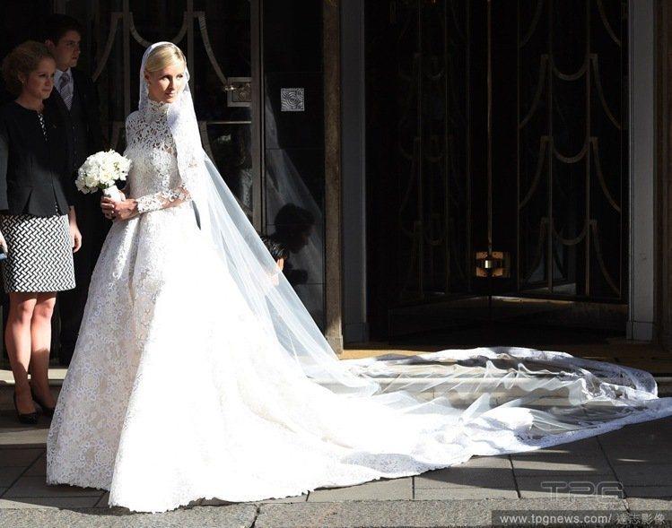 妮基希爾頓身穿 Valentino 為她訂製的白紗。圖/達志影像