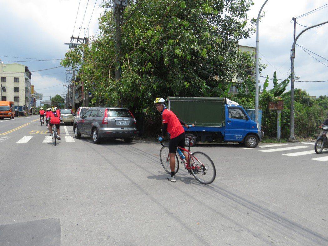 遇到路口,浩恩便會自動騎到前面幫大家交管。圖/楊雅棠攝影