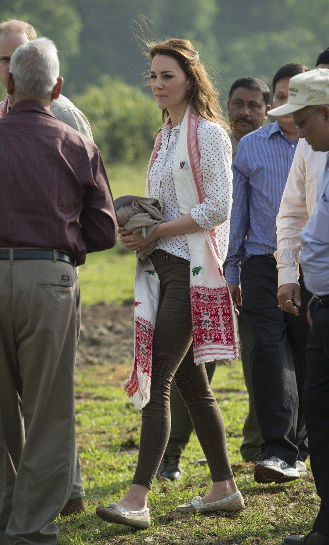 英國凱特王妃今年出訪印度以SEBAGO帆船鞋穿出優雅休閒感。圖/SEBAGO提供