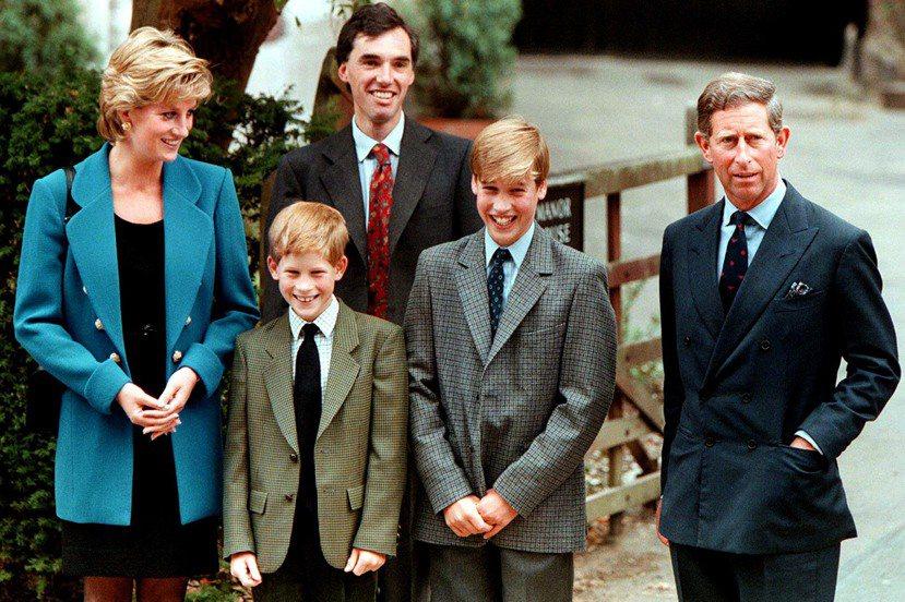 在已逝的黛安娜王妃的堅持下,哈利王子與其哥哥威廉王子皆在伊頓公學接受教育;傳統上...