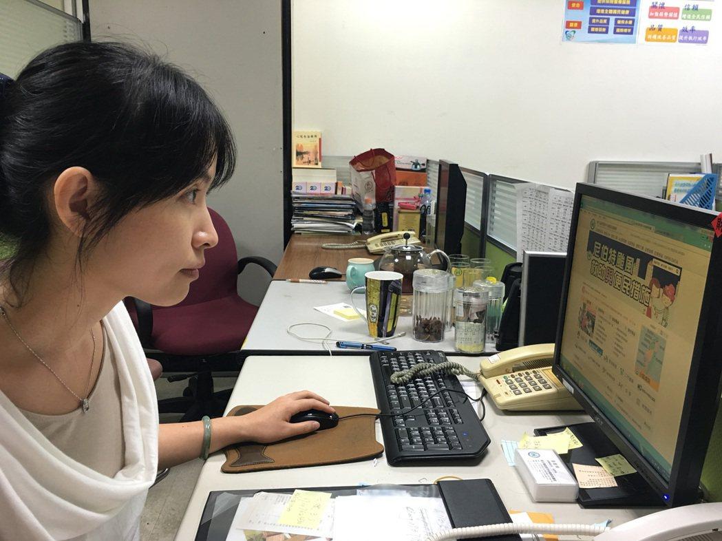 上班族每天看著電腦工作,不知不覺伸長脖子盯著螢幕,小心「烏龜頸」悄悄上身。記者江...