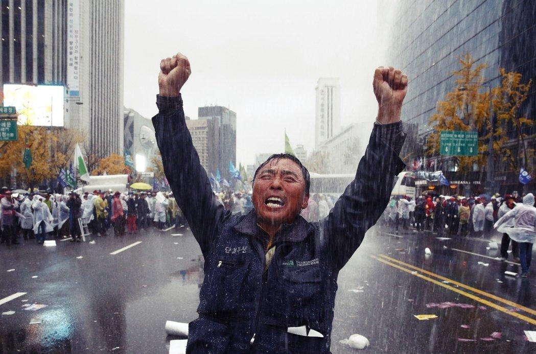 整個國家正陷入這樣恐怖的惡性循環。圖為2015年11月14日,首爾街頭聚集超過7...