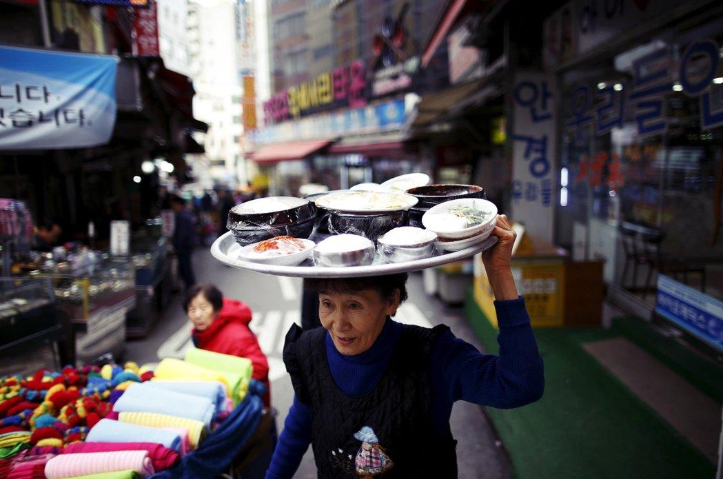 「是啊,在大韓民國越來越難生存囉。」資料圖片,圖為南大門市場。 圖/路透社