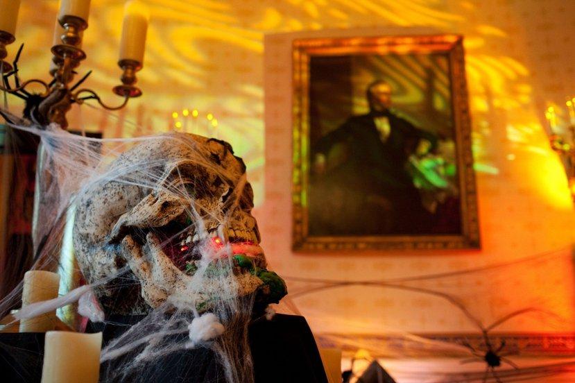 史上第一位前任總統逝世而接替的繼任者——泰勒(圖內畫像人物),他的鬼魂據傳亦時常...