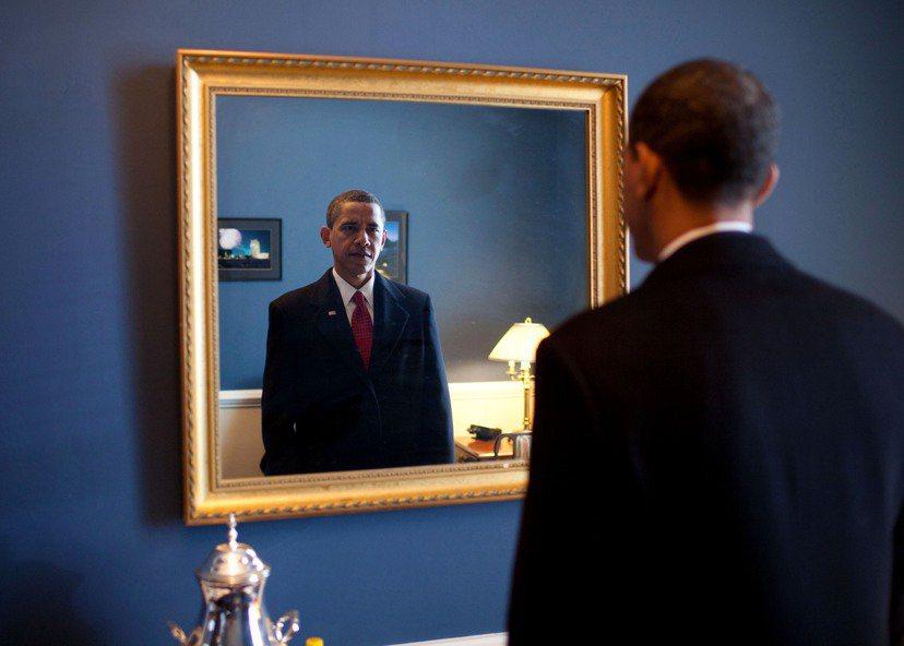 現任總統到底會不會尋求先總統的諮詢、對著總統畫像(或鏡子)喃喃自語,實在不得而知...