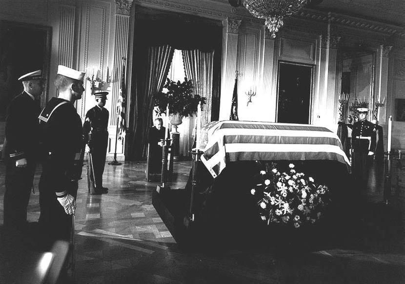 1960年當選美國第35任總統的甘迺迪(正式就職日期為1961年1月20日)於1...