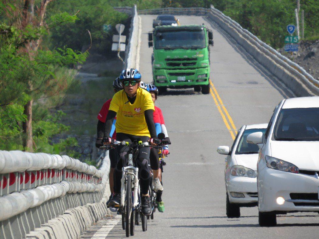 前往太麻里的路段路況危險,須隨時注意大卡車。圖/楊雅棠攝影