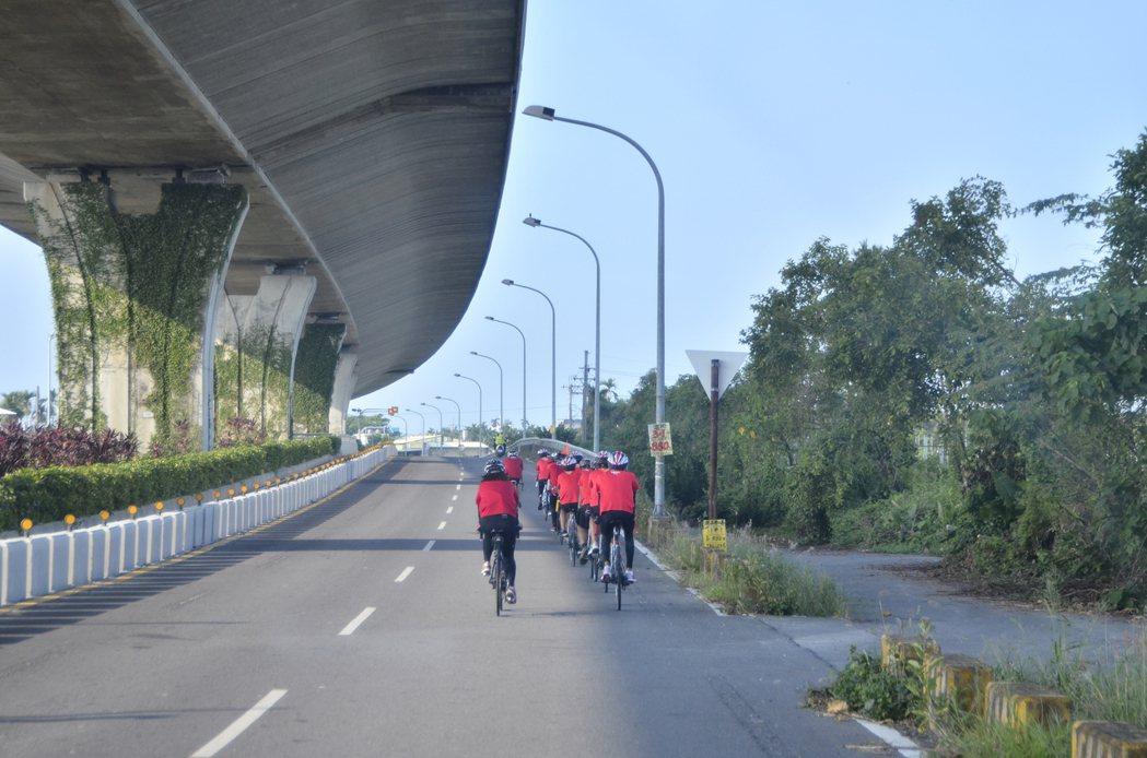 今天由台中林業生小隊領騎,從屏東市出發,氣溫攝氏達33度。途經國道三號橋墩下,隊...