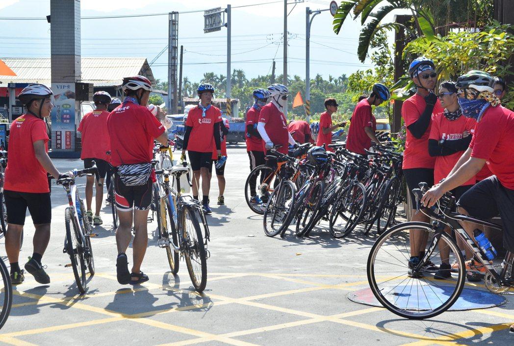 「你們騎好快!」「你們也不差啊!」東石愛鄰協會與台中林業生小隊(圖右側)和嘉義林...