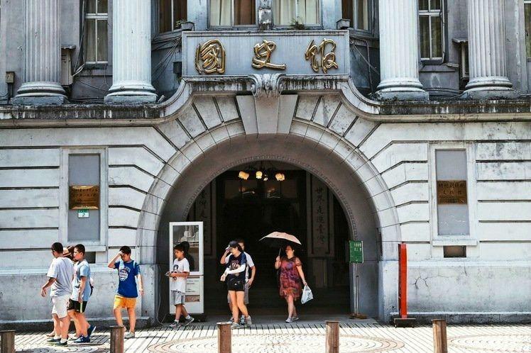依法行政的國史館,只能改採館藏閱覽申請制嗎?
