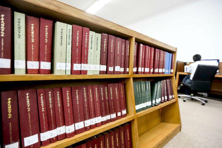國史館以保護個資為理由,主張史料調閱全面改為申請制度,但根據適用法條之規範,實際...
