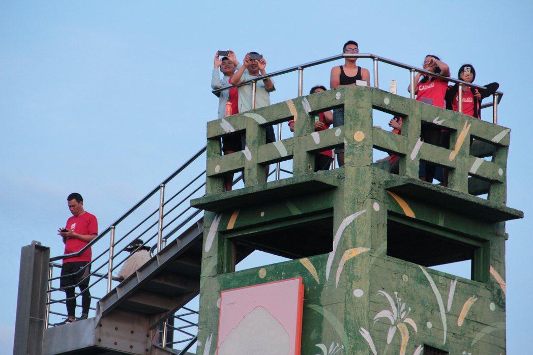 天未亮,騎士們就爬上瞭望台等待東岸曙光。記者簡鈺璇/攝影