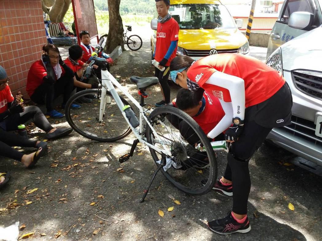 其他夥伴幫忙檢查佳伶單車,讓她可以騎得更順利。記者陳韻婷/攝影