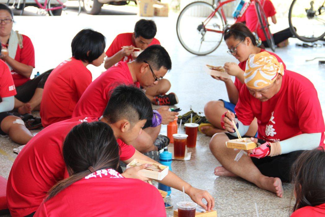 中午騎士們在花蓮瑞源國小吃飯休息,準備下午的挑戰。特約記者陳韻婷/攝影