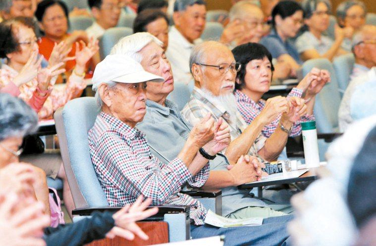 陳右明醫師傳授腎友養生術,增強免疫力,現場民眾跟著作。 記者林俊良/攝影