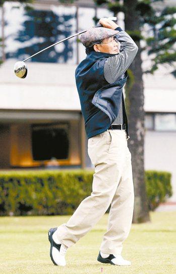 熱愛高爾夫球的施純鎰,球齡長達45年。 本報資料照片