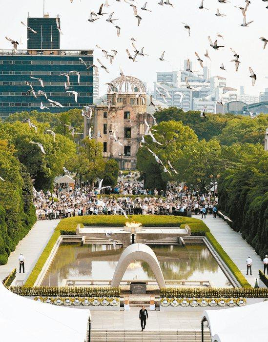 紀念廣島原爆七十一周年,會場釋放和平鴿。 路透
