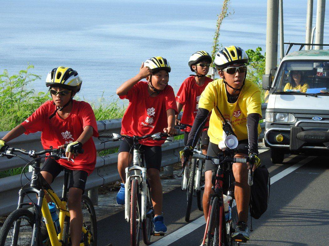 在美麗的東海岸上上下下,孩子們還不忘了在艷陽下、單車上,笑鬧玩耍。特約記者李欣恬...