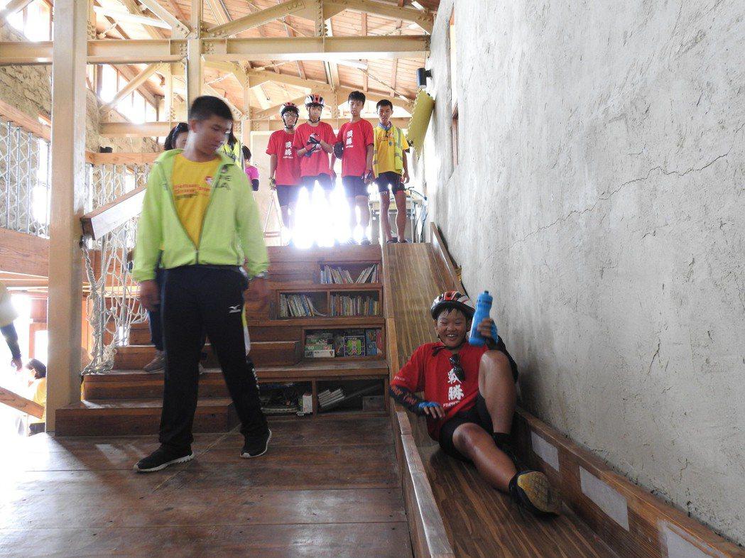 逆轉騎士拜訪「孩子的書屋」之一的「青林書屋」,開心的搶著溜書屋的木頭溜滑梯。特約...