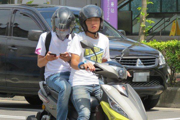 被寶可夢連累?騎士路邊停車看手機時間 也遭開單