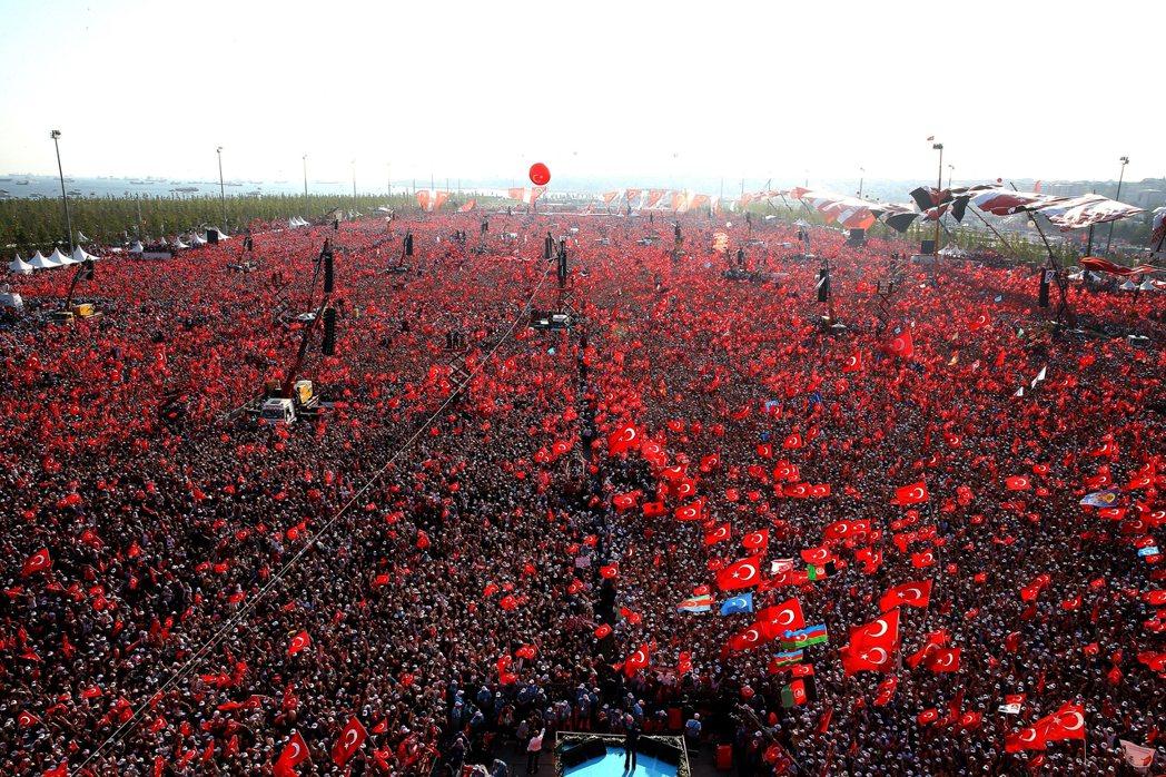 藍色的看台上,是發言中的土耳其總統厄多安。 圖/歐新社