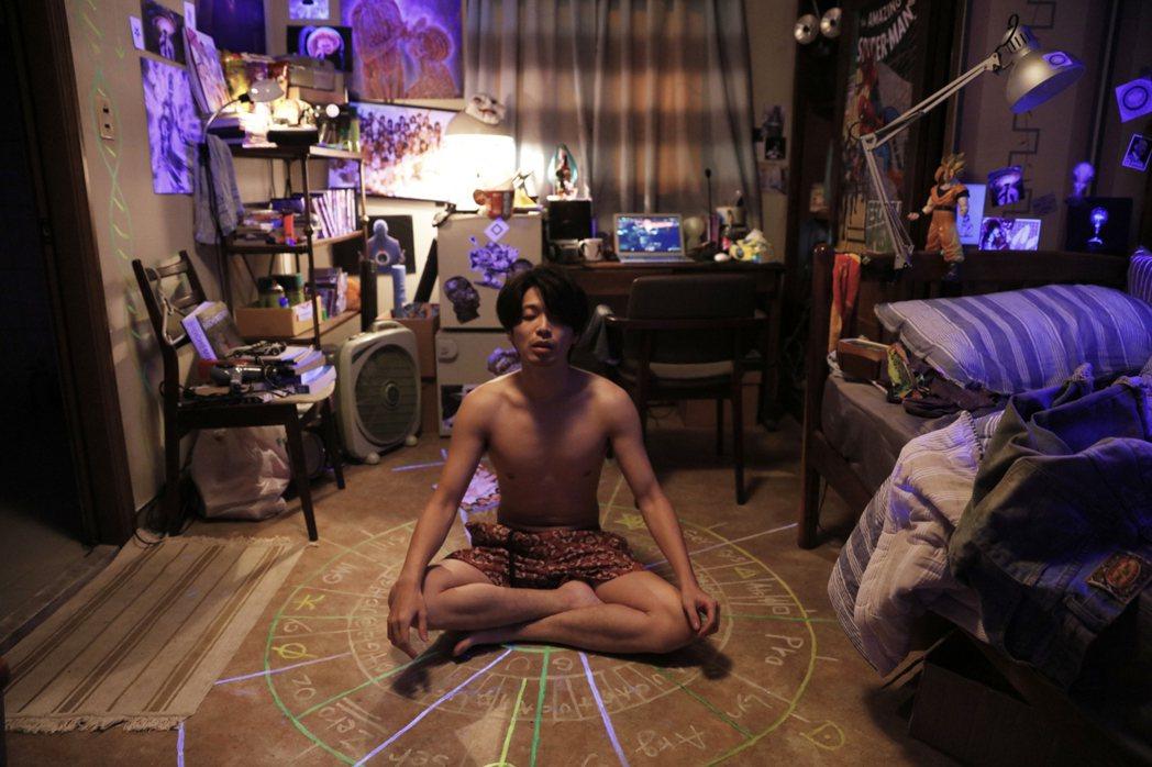 侯彥西在「樓下的房客」中被其他房客惡搞,身體與肢體表演是全片亮點。 圖/安邁進提...