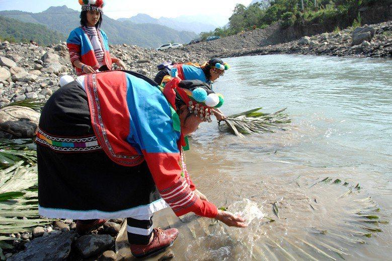 原住民Kanakanavu族的傳統河祭。 圖/至善基金會提供