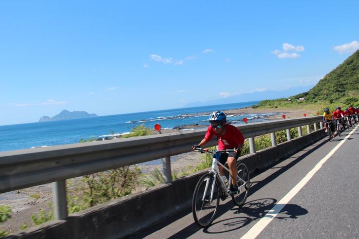 騎士們在濱海公路奔馳,超過龜山島。特約記者簡鈺璇/攝影