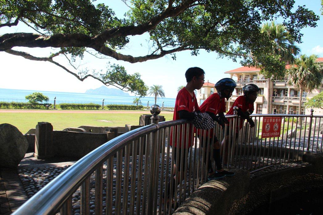 小朋友興奮在大溪國小玩耍。特約記者簡鈺璇/攝影