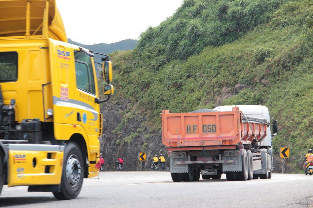 台二線上大卡車多,易發生危險。特約記者簡鈺璇/攝影