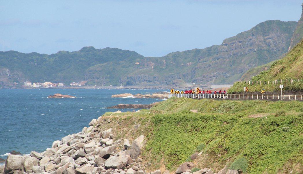 北海岸風光明媚,在山崖與太平洋間騎乘是特別的體驗。特約記者簡鈺璇/攝影
