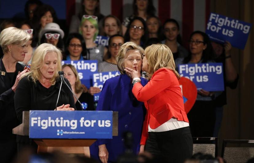 光是「傑出女性」這個社會身份,就讓希拉蕊輕鬆鞏固了女性及婦權運動支持者的票倉。圖...