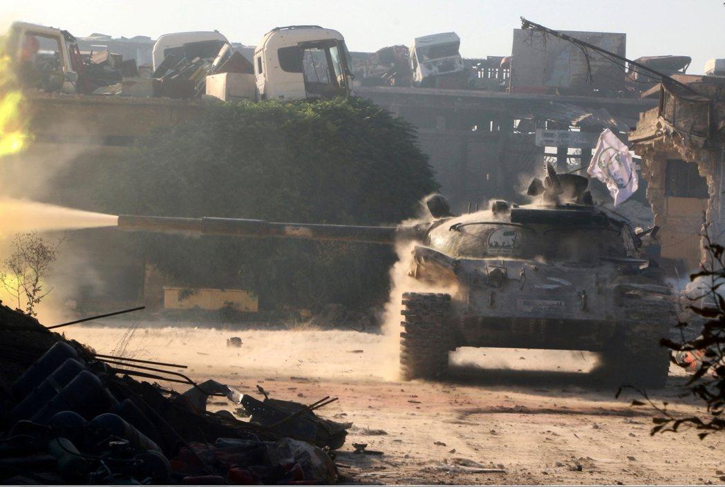 反抗軍的坦克正試圖打通阿勒頗東城區的包圍網。 圖/路透社