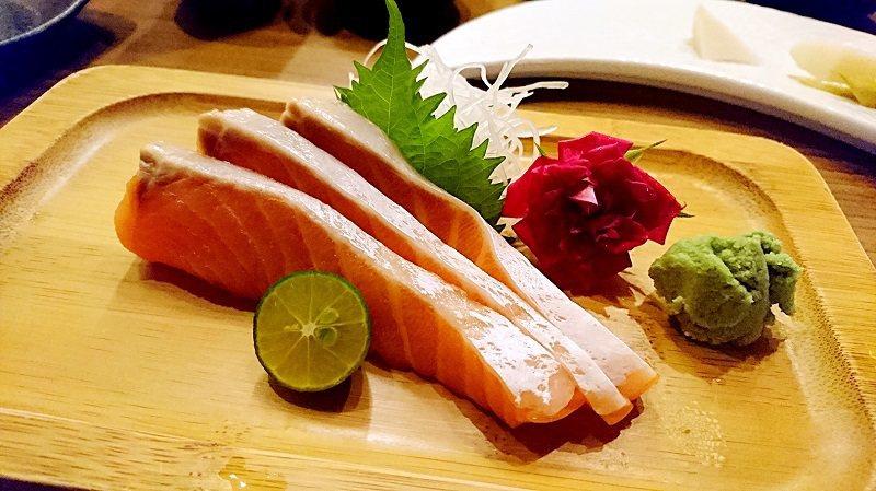 單人份量的鮭魚肚刺身,盤飾美麗。 徐谷楨/攝影