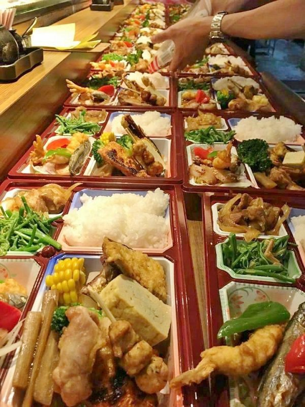 陶膳常接到會議便當訂單,圖為在吧台分菜時的壯觀畫面。 陶膳/提供