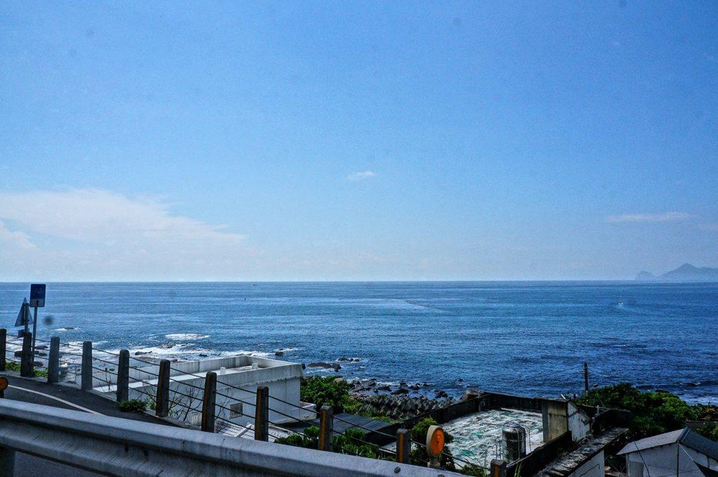 今騎島車隊沿台二線前行基隆,沿途海景宜人。 特約記者黃怡菁/攝影