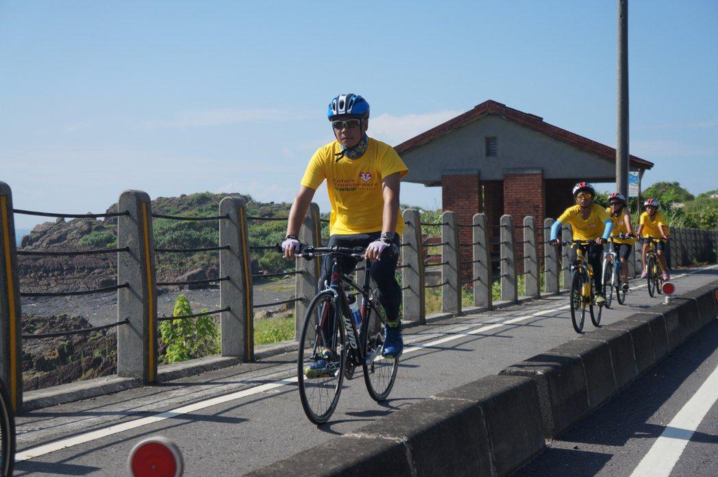 蕭青陽與小騎士們一同騎乘在濱海公路上。 特約記者林意庭/攝影
