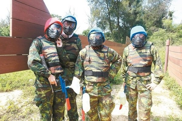 穿上迷彩裝挑戰漆彈活動,想像過去國軍在槍林彈雨下求生的信念。 記者邱雯敏/攝影