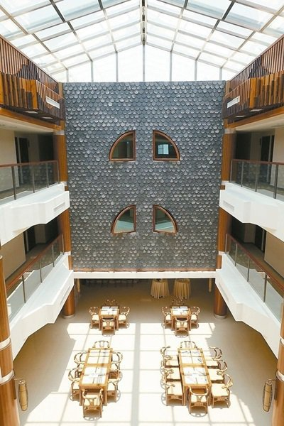 陸島飯店採福建土樓式設計,中庭挑高。 記者邱雯敏/攝影